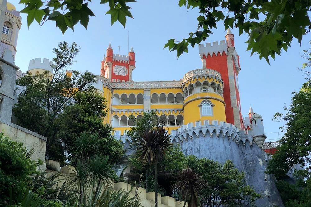 Внутри замка мне понравилось гулять вдоль внешних стен. Оттуда открывается вид на Лиссабон и окрестности