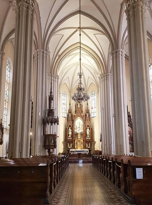 Алтарь в церкви сделали из тирольской древесины