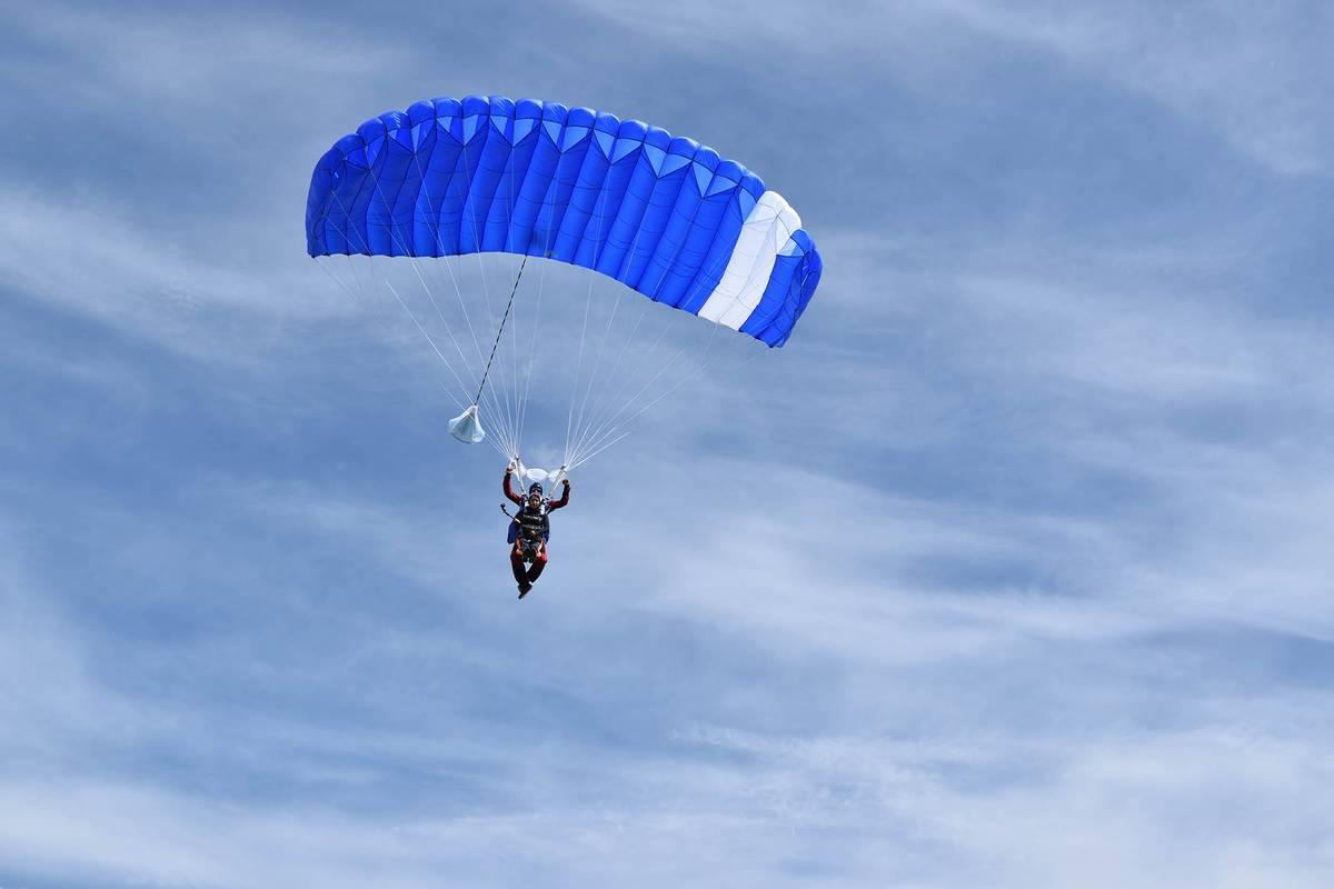Не планируйте других мероприятий на день прыжка: парашютный спорт метеозависим и ждать подходящей погоды иногда приходится до самого вечера