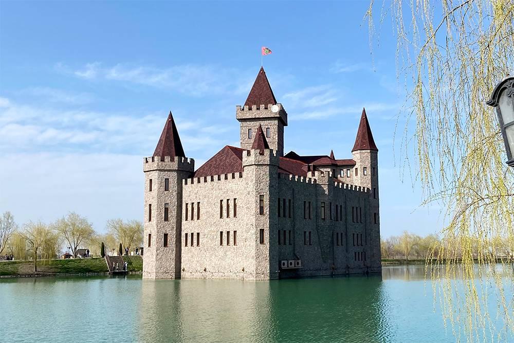 Замок со всех сторон окружает озеро