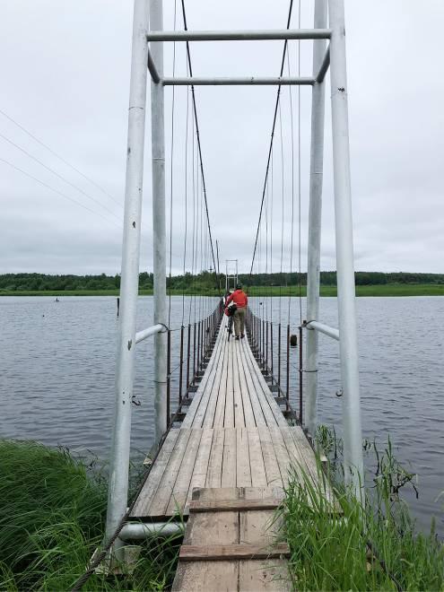 Навесной мост в районе Вышневолоцкого водохранилища. На машине тут не проехать, а пешком далеко не уйдешь. Велосипед в этом смысле — идеальный транспорт