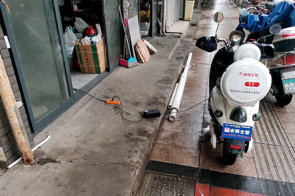 Местные электроскутеры можно зарядить от любой розетки