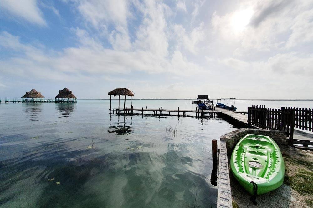 Лагуна Бакалар рано утром. На озере много ресторанов на мостиках, где предлагают свежие морепродукты и рыбу
