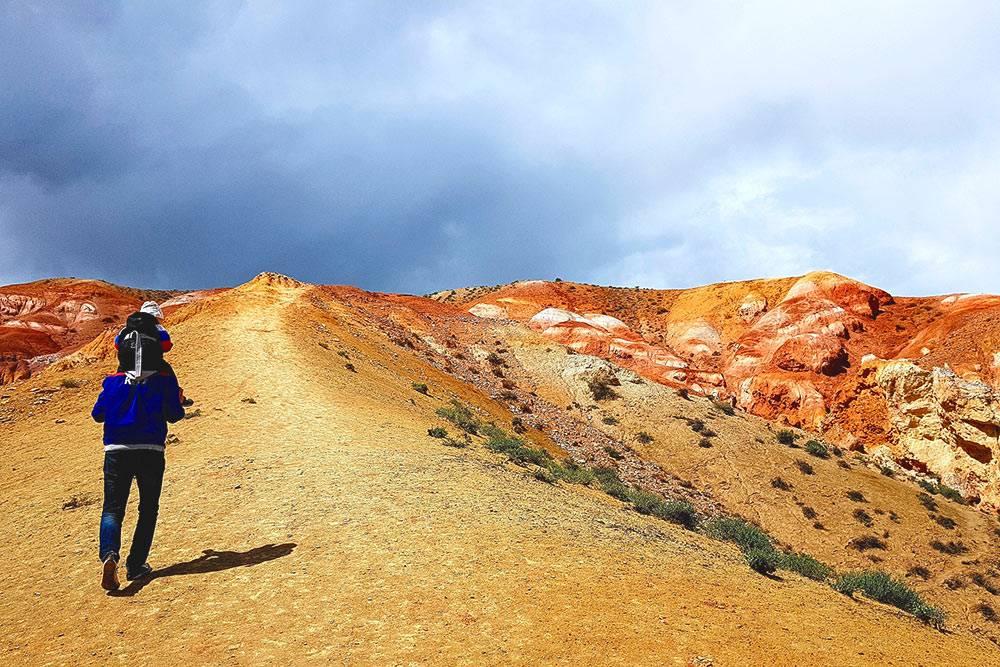 Можно подняться на вершины гор: это займет не меньше 20минут, и подъем не из легких. Зато с вершин видны красные горы еще на несколько километров