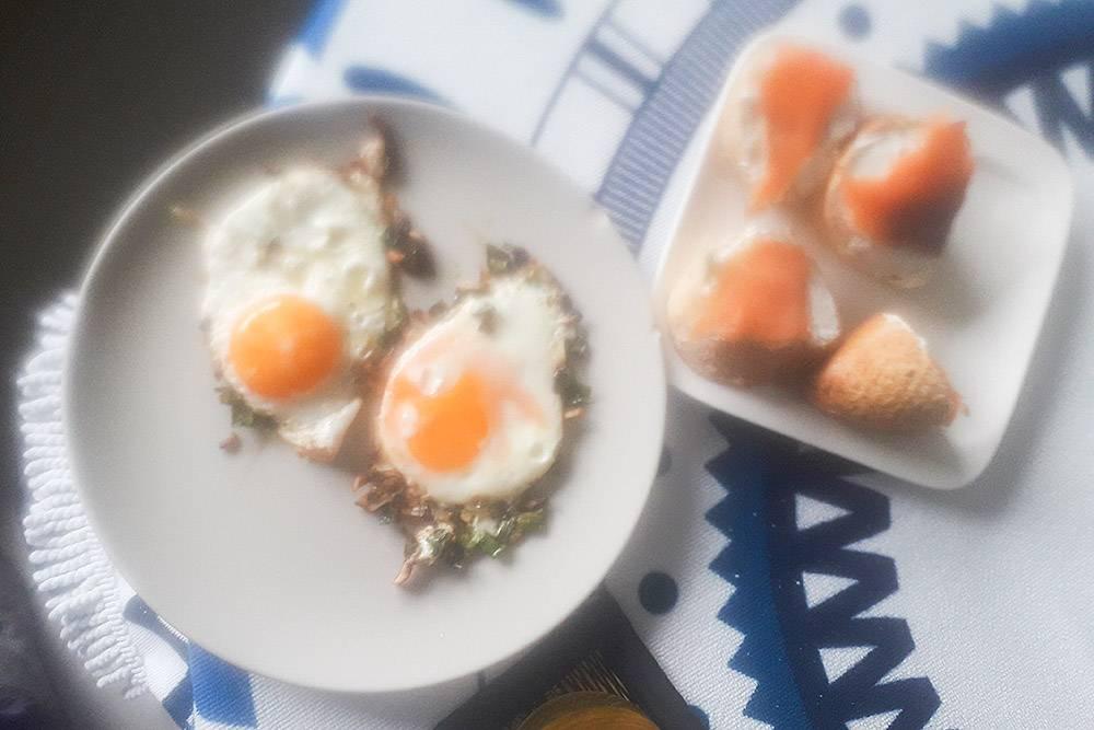 На завтрак у меня яичница с зеленым луком и грибами, а также багет с филадельфией и красной рыбой. После завтрака еще съедаю пару фиников с орехами