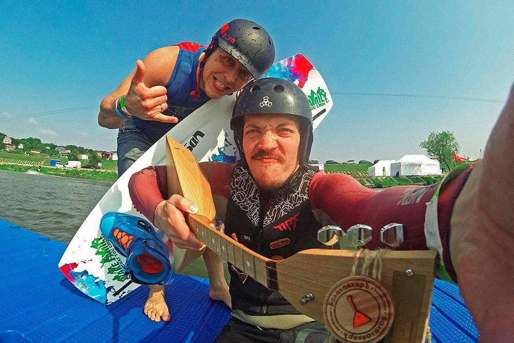 2015 год. Евгений (справа) с участником фестиваля по вейкборду в Калуге
