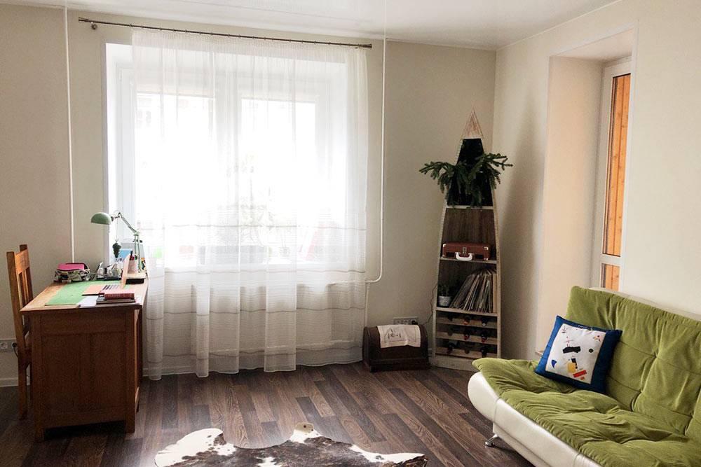 Винный шкаф в виде каноэ был первым предметом мебели, который я купила в новую квартиру, и первое время спала на матрасе в окружении тюков с вещами, зато в обнимку с каноэ. Из старой квартиры я не забрала ничего, кроме антикварного письменного стола