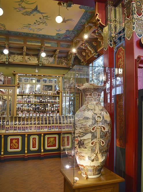 Старинные китайские вазы так и остались со времен основания чайного дома