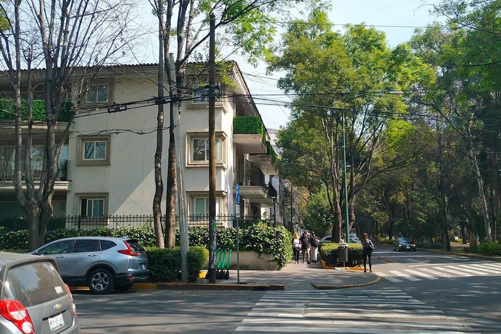 Колония Поланко похожа на небольшой испанский городок — там тихо, зелено и уютно. Ям на дорогах там нет