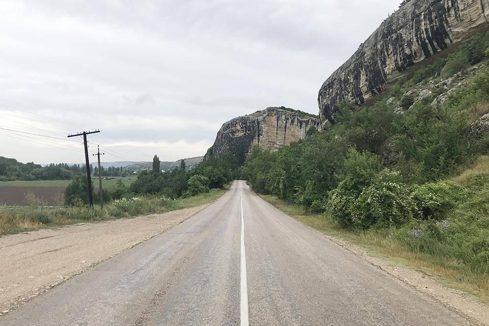 Дорога в Бахчисарайском районе старая и бугристая