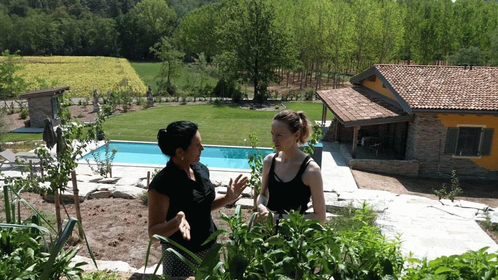 Бурги рассказывает, какие овощи она выращивает на террасе. Позади домик с апартаментами, в которых я жила, и бассейн, в котором купалась во время сиесты