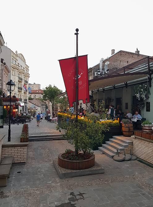 В центре города много пешеходных улиц, но Скадарска — самая живописная