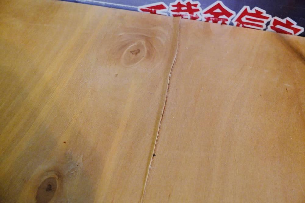 Единственная трещина с наружной части столешницы — около 10см — прячется за монитором. Ее можно исправить двумя способами: срезать слой фанеры, который торчит, и залить трещину клеем или приклеить, прижав тяжелым прессом весом от 30 кг