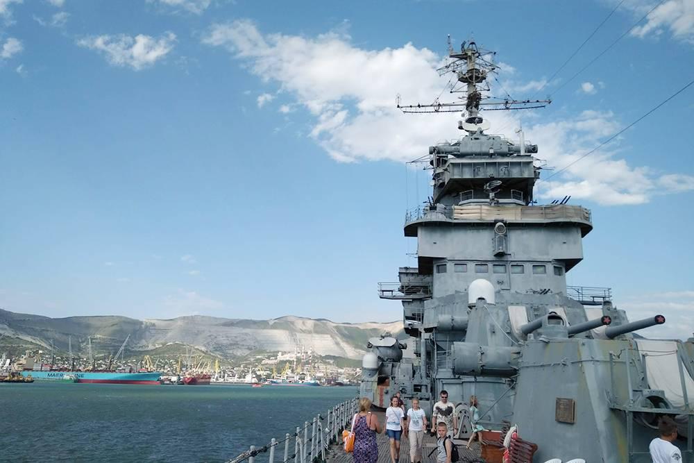 Вид с крейсера «Михаил Кутузов» на доки и горы, где добывают цемент
