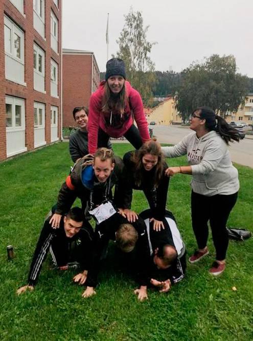 Наша команда выполняет одно из заданий: мы строим пирамиду из людей
