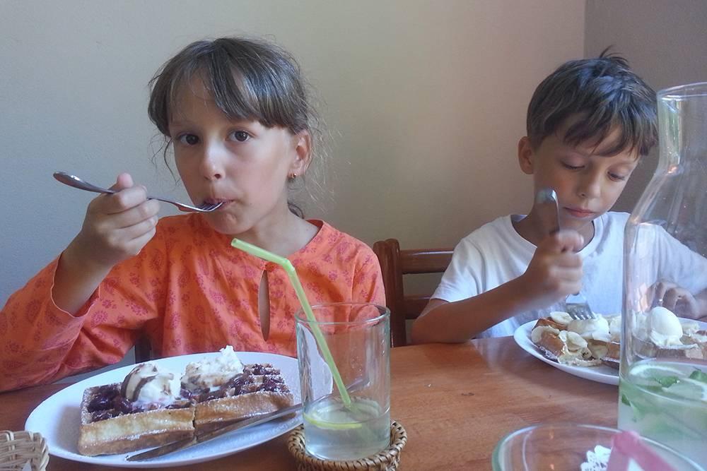 Самые вкусные бельгийские вафли в Крыму — в поселке Штормовой. Прямых автобусов туда нет, а такси от нашего дома стоило 400 рублей. Поездка на машине заняла всего 15 минут