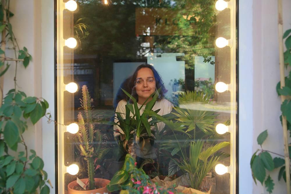 Помогали соседи: периодически мы приезжали вмагазин повременным пропускам, чтобы полить живые растения. Соседи замечали свет вмагазине иприходили купить хоть что-нибудь, чтобы поддержать бизнес. Фото: Ксения Колесникова