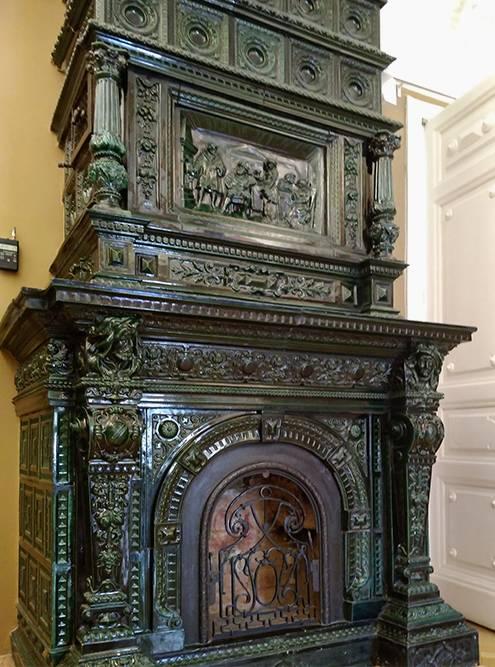 В здании сохранился старинный камин работы рижских мастеров и зимний сад