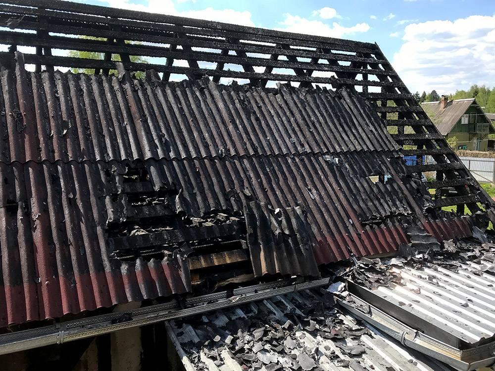Как выяснилось, ондулин — это красное покрытие для крыши. Также выяснилось, что он исключительно хорошо горит. Серая часть крыши — железо, ондулина не хватило. Только это спасло соседний дом