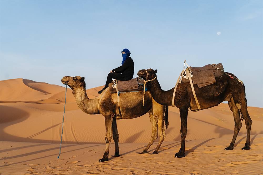 Местные помогают туристам надеть платки в берберском стиле и сделать классные кадры