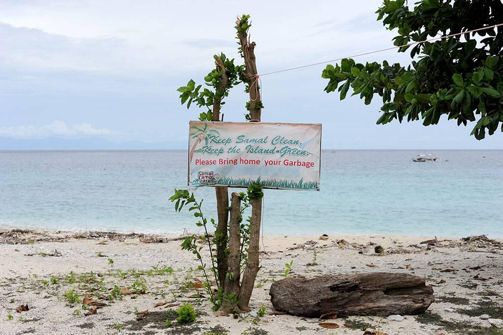 Надпись с просьбой не сорить на диком пляже Сабан