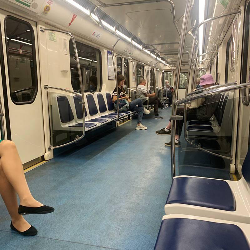 Меня поразило, как мало людей в метро по сравнению с Москвой. Даже на зеленой ветке, которая проходит через весь центр