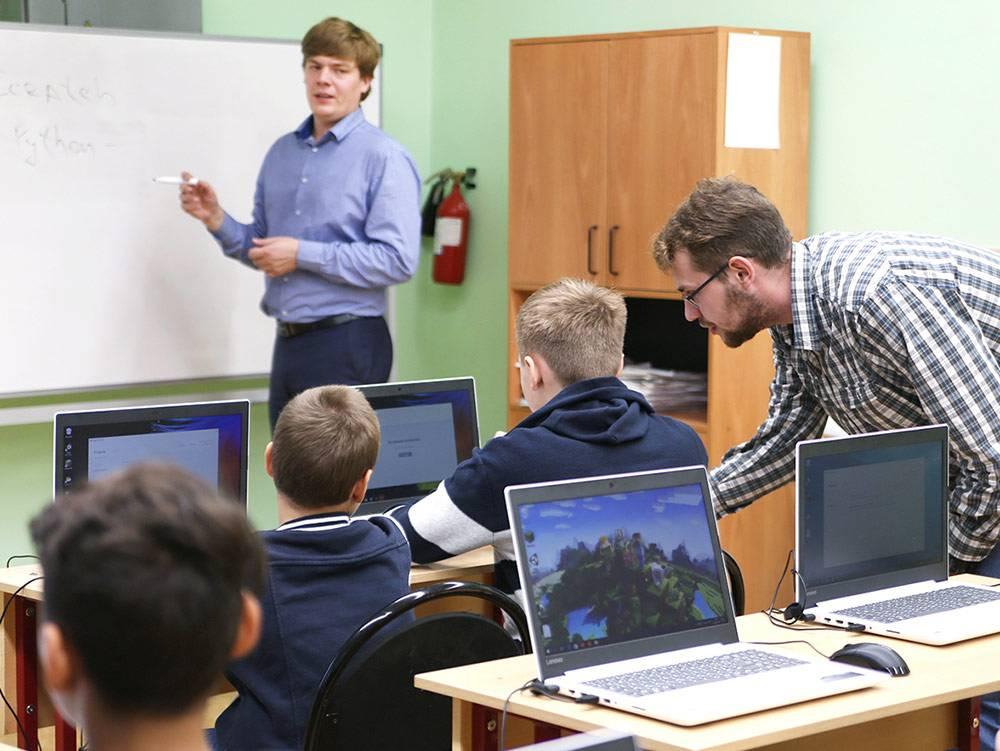 Олег и Сергей проверяют каждого потенциального преподавателя: приглашают на открытые уроки и смотрят, как он взаимодействует с детьми. На фото справа — Никита, он прошёл отбор и присоединился к команде осенью 2018 года