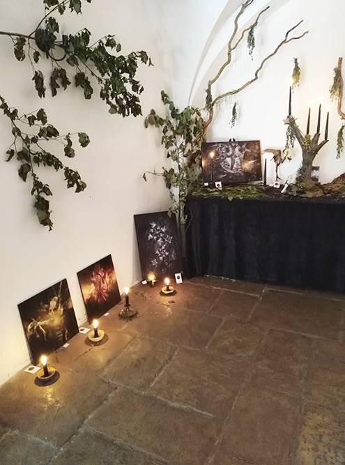 Еще на территории была выставка готических картин с черепами и монстрами