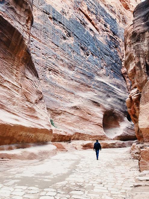 Местами проход между скалами совсем узкий