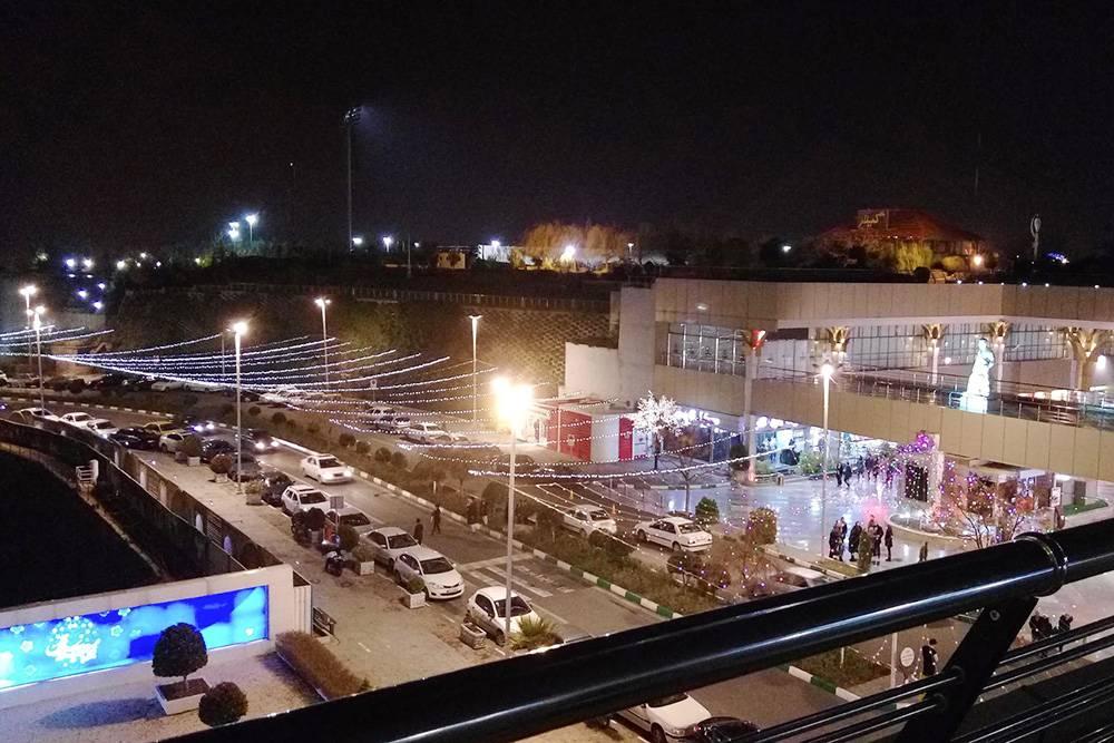 Вид на город в вечернее время с балкона четвертого этажа лобби, где расположен концертный зал