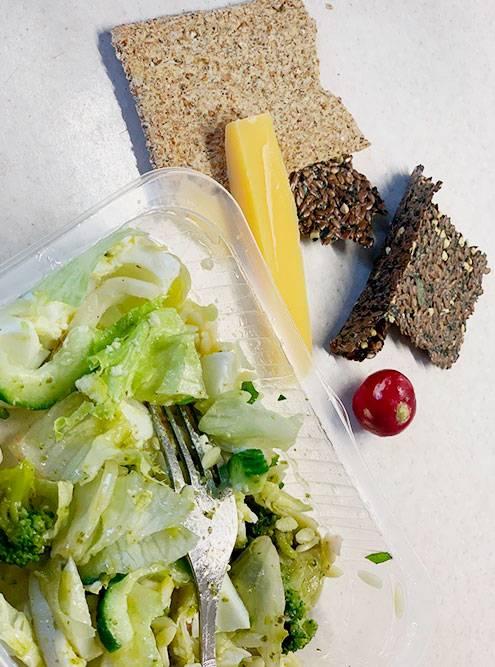 Ужин: зерновой хлеб, сыр и овощной салат