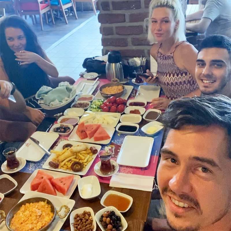 Типичный турецкий завтрак в кафе: нас было шесть человек, а весь заказ обошелся в 120TRY