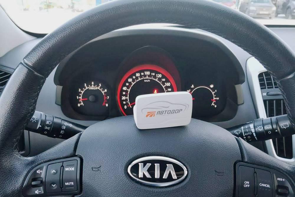Транспондер — очень компактное устройство, он спокойно влезет и в бардачок машины, и в миниатюрную сумочку. Мы держали его в подставке для стаканов