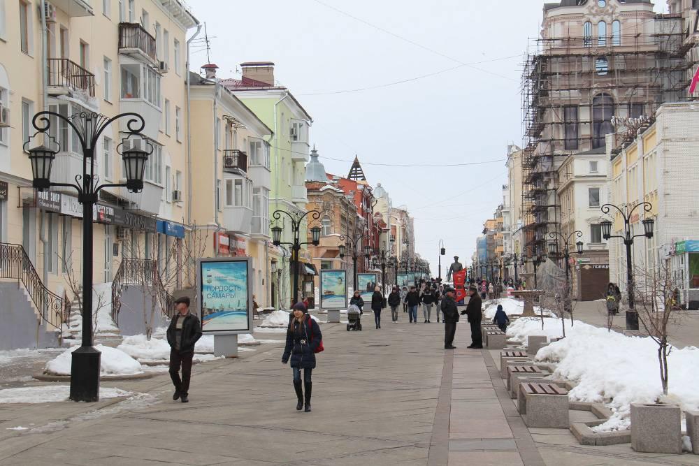 Даже зимой по Ленинградской гуляет много туристов и местных жителей