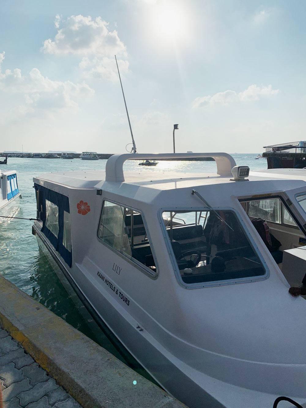На таких скоростных лодках местные и туристы ездят с острова на остров