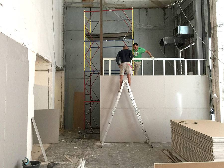 Рабочие прокладывают новую стену