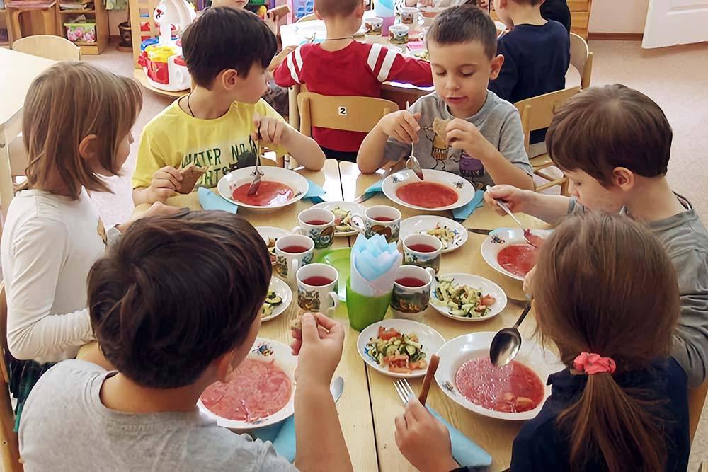 Еще во время еды детей учили пользоваться не только ложками, но и вилками, и тканевыми салфетками. В государственных садах у детей на столах только ложки. Источник: «Аномир-ру»