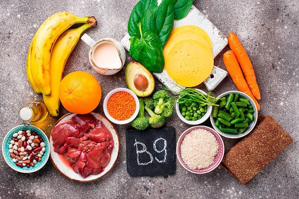 Не обязательно получать витаминВ9 из одних и тех же продуктов: сегодня можно сделать акцент на зеленых овощах, а завтра — на блюдах из мяса и сыра