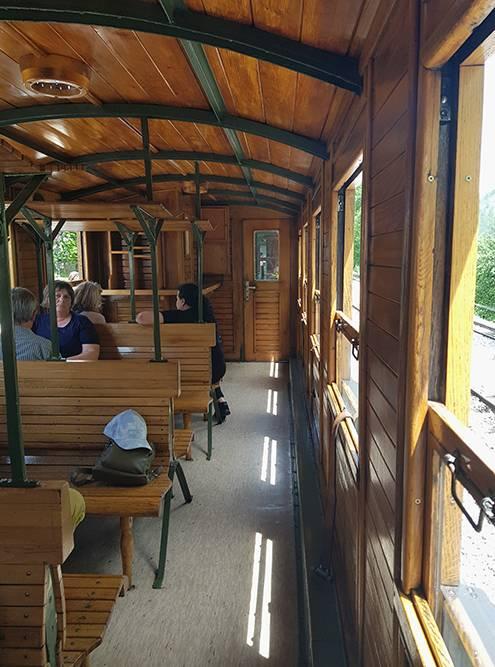 В поезде есть скамейки, но интереснее занять места у открытого окна
