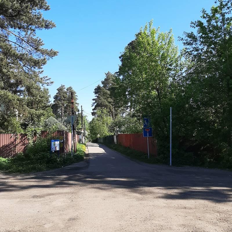 Выход с платформы: до дома можно дойти пешком за 10 минут. Этофото я уже сделала после, когда приезжала сама на место. Но и в открытых источниках тоже можно было найти похожие