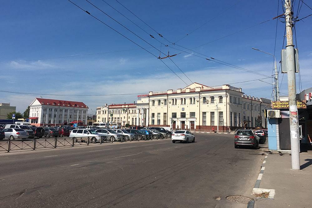 Московский вокзал в Туле. Туристы обычно вызывают такси слева от вокзала, у ларьков на автобусной остановке