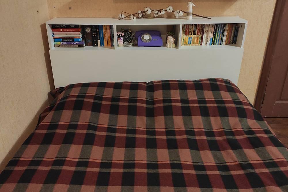 Вот эта кровать с полками, забитыми книгами. На новую квартиру мы ее врядли повезем