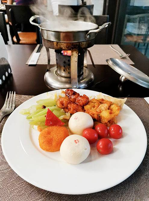 Китайская еда в местных кафе. В основном это разные формы риса, овощей и курицы