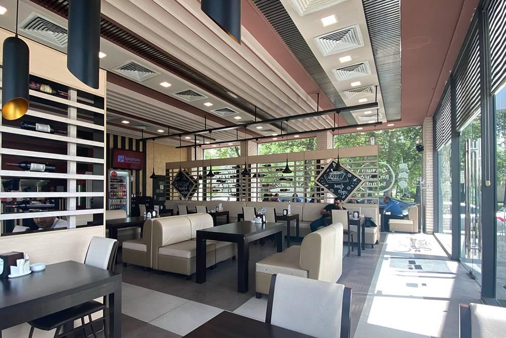 Главный плюс кафе — европейский интерьер без восточного дизайна. Еще здесь есть веранда, работает кондиционер и вайфай