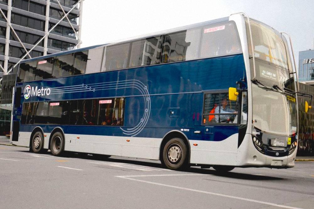 Типичный двухэтажный автобус в Окленде