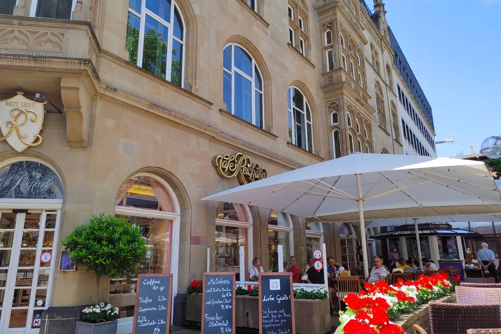 Ресторан Richard находится прямо напротив площади с Кельнским собором. Внутри есть кондитерская с десертами