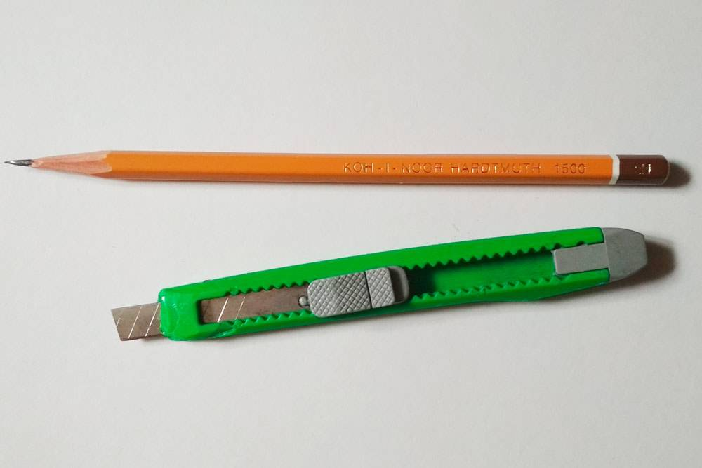 Канцелярским ножом я очень тонко затачиваю карандаши