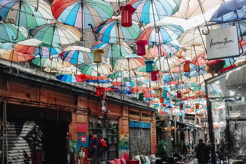 На улочку с зонтиками в Каракёе мы набрели случайно и не смогли отказать себе в удовольствии просто выпить чаю в этом месте: мне кажется, это так по-стамбульски