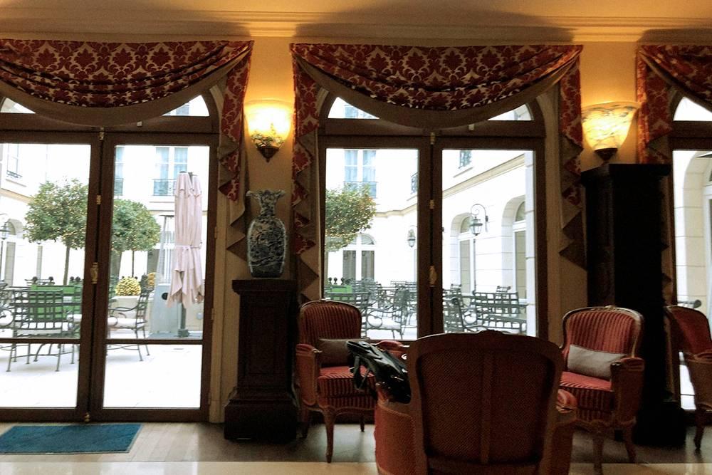 Холл гостиницы и вид на внутренний дворик