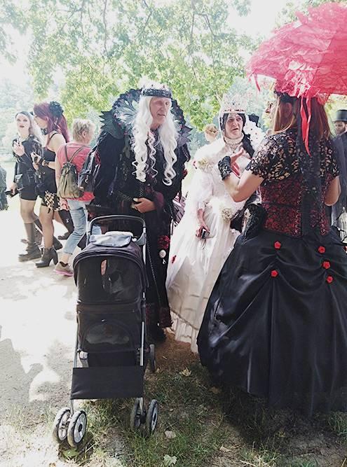 Готы в викторианских костюмах